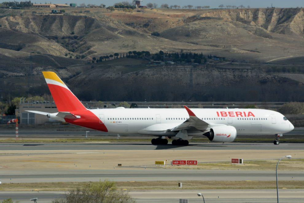 Airbus A350 de Iberia despegando del aeropuerto Madrid Barajas.