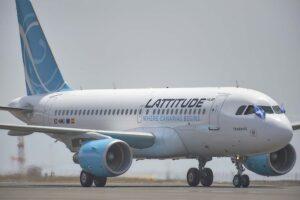 El Airbus A319 de Lattitude Hub rodando en Tenerife con las banderas canaria y gallega en honor al origen y destino de su primer vuelo,