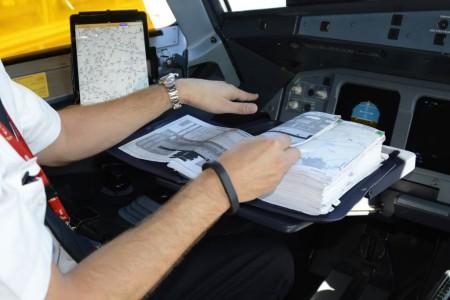 Manuales y EFB en un A321 de Iberia