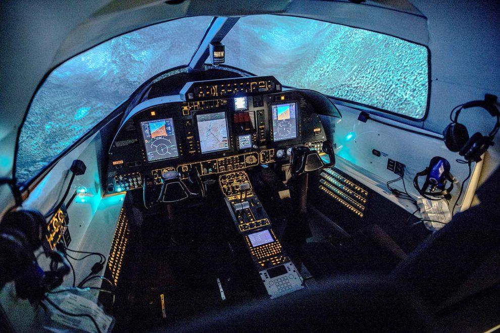 Detalle del cockpit y sistema visual del simulador Enrtrol A18.