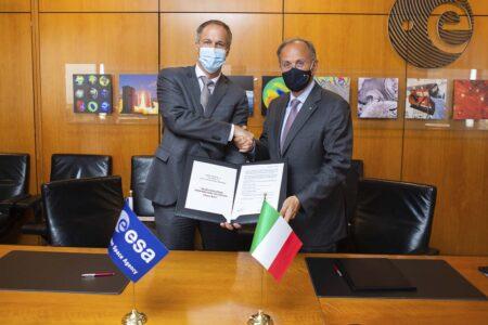 Daniel Neuenschwander, director de transporte especial de la ESA y Giulio Ranzo, director general de Avio en la firma del contrato para el Vega E.
