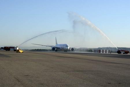 Arco de agua al Boeing 787 de Ethiopian Airlines a su llegada a Madrid
