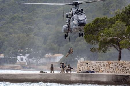 El grupo de la EZAPAC encargado de rescatar a los rehenes desciende del helicóptero por medio de fast rope.