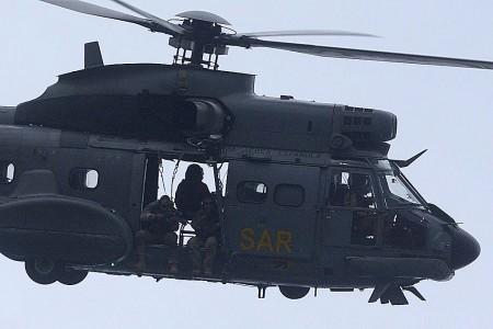Protección desde el aire, a cargo de un tirador, del equipo de rescate.