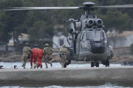 Traslado de los rehenes al helicóptero una vez liberados.