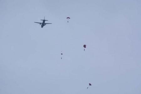 Salto en mabual desde el C295 del equipo de infiltración. pese al viento racheado, cayeron en el agua a escasos metros de la embarcación desde la que los JEMAS observaban el ejercicio.
