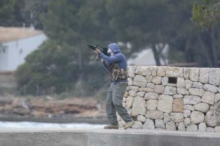 Los terroristas que retenían a los rehenes fueron eliminados rápidamente por el fuego desde el aire y el grupo de rescate.