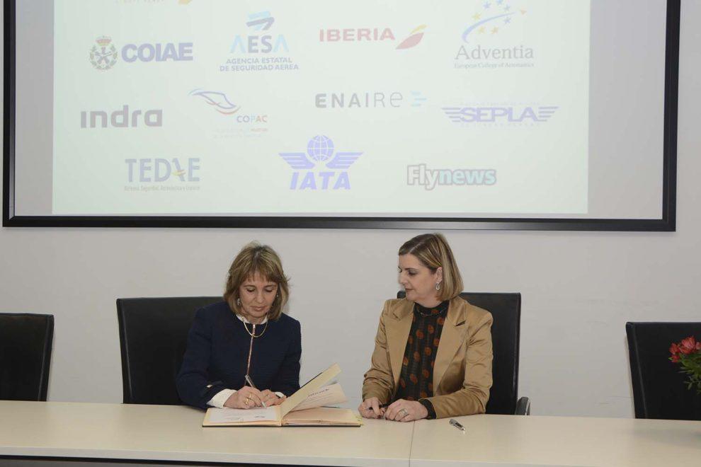 Teresa Busto (izquierda) y Carmen Rodrigo, presidentas de Ellas Vuelan Alto y Adventia, firman el acuerdo entre ambas organizaciones.