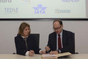 Tersea Busto, presidenta de Ellas Vuelan Alto, y Luis Gallego , presidente ejecutivo de Iberia durante la firma del acuerdo.