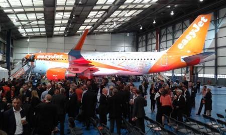 Airbus A320 decorado por los 20 años de Easyjet con fotos de 100.000 pasajeros.