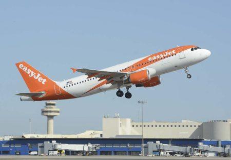 Despegue del aeropuerto de Palma de Mallorca de uno de los Airbus A320 de Easyjet alli basados.