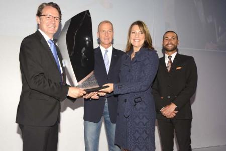 Carolyn McCall recibe el regalo de CFM durante la entrega del primer A320neo de Easyjet, Con ellos Tom Enders.