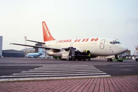 """Boeing 737-200 de Easyjet con la decoración original: el teléfono al que se podía llamar para reservar billetes. El """".com"""" llegaría años después."""