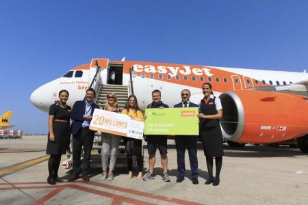Javier Gándara, director general de EasyJet para España y Antonio Álvarez, director del aeropuerto de Son Sant Joan junto a Stewart Draper y su familia a la llegada a Palma.