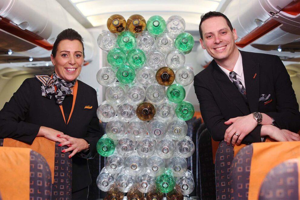 Dos tripulantes de Easyjet con el nuevo uniforme y botellas de pástico como las usadas para el mismo.