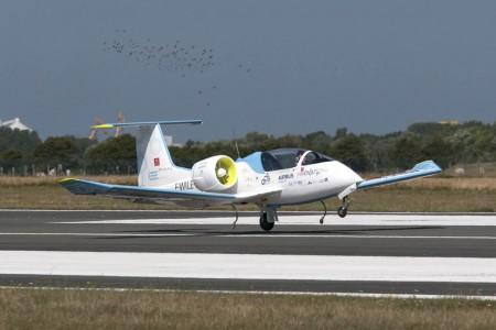 Aterrizaje en Calais del EFan tras cruzar el canal de La Mancha.