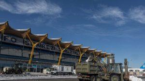 El Ejército trabajando para retirar la nieve en el aeropuerto de Madrid Barajas.