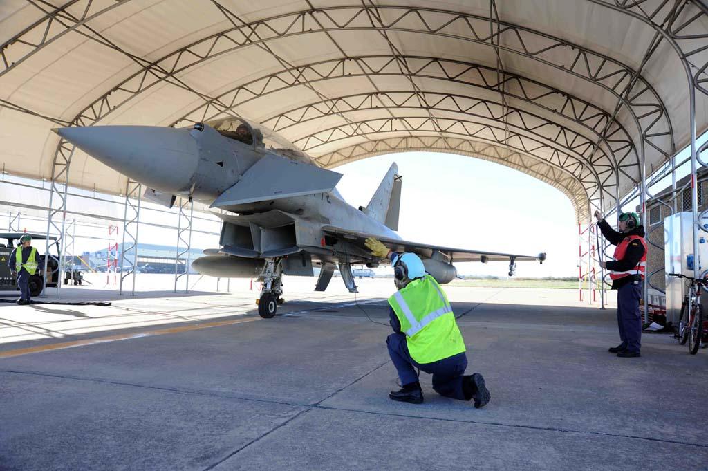En la base aérea de Morón se han construido una serie de refugios para proteger a los aviones, y sus sistemas, del sol.