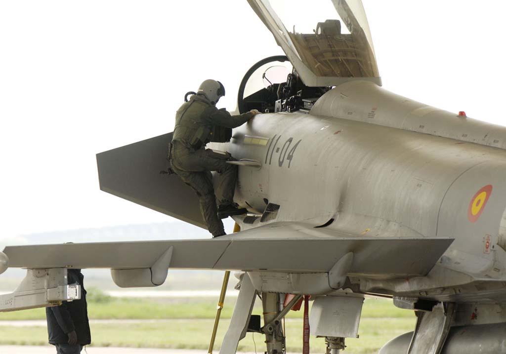 Con el Eurogfighter los pilotos se han tenido que adaptar a nuevos sistemas como un sistema de de designación de blancos integrado en su casco o el dar órdenes verbales a determinados sistemas.