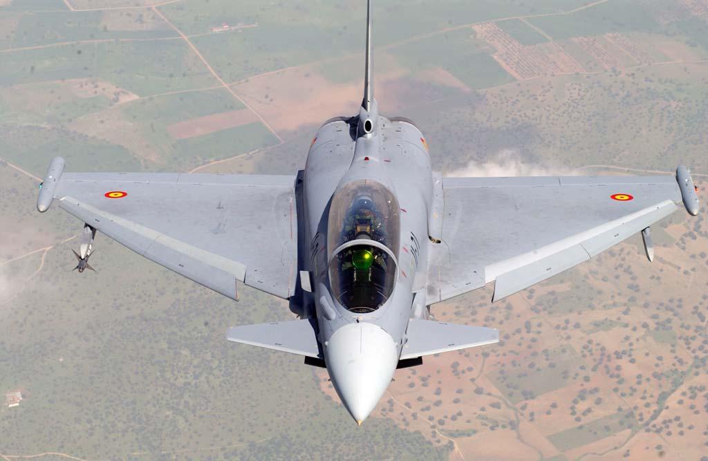 En las puntas de las alas el Eurofighter porta un señuelo para misiles que se despliega mediante un cable (ala derecha) y sistemas electrónicos en la izquierda.