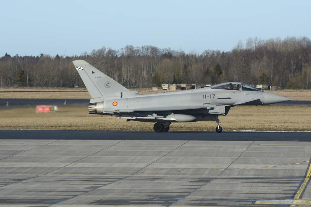 Uno de los Eurofighter del Ala 11 en la base aérea de Amari en Estonia portando armamento real.