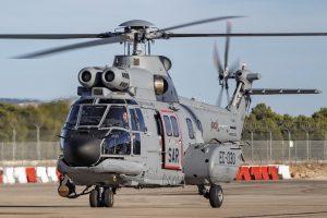 El nuevo H125 para el 803 Escuadrón durante una prueba previa a su entrega como denota el numeral militar tachado y la matrícula de pruebas EC-030 en el carenado del tren de aterrizaje.
