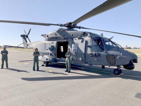 Los tres nuevos pilotos, y pilotas, de NH90, del 803 Escuadrón junto a su helcóptero.q