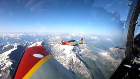 En vuelo sobre los Alpes, todavía con matrículas suizas y los emblemas españoles tapados.