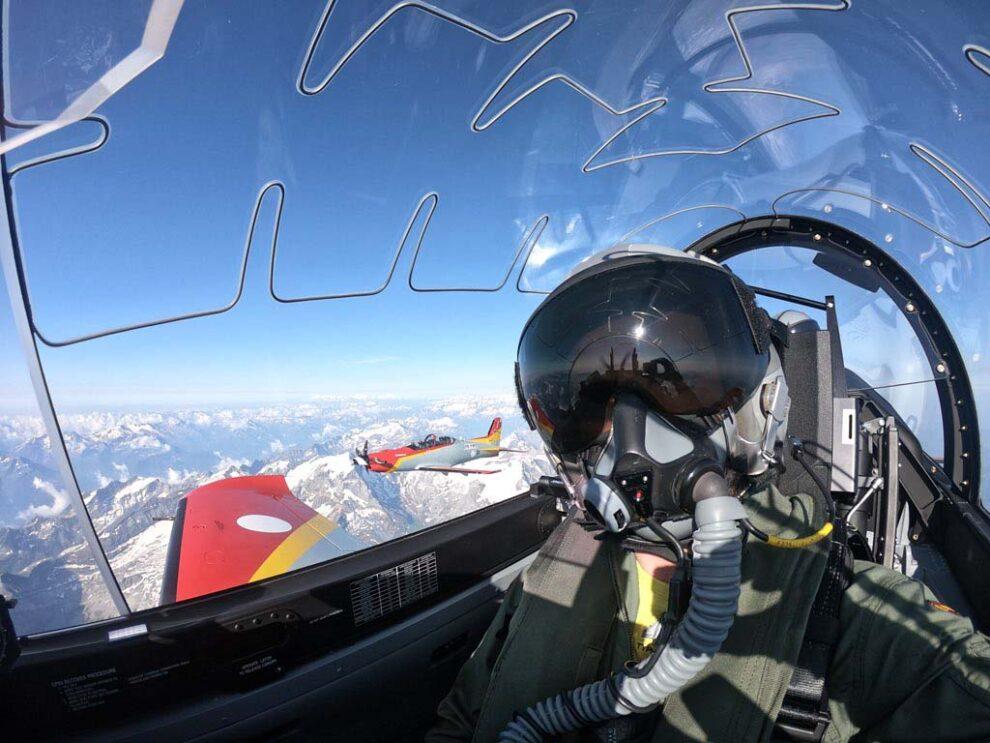 Uno de los instructores de PC-21 del Ejército del Aire durante uno de los vuelos sobre los Alpes durante su curso.
