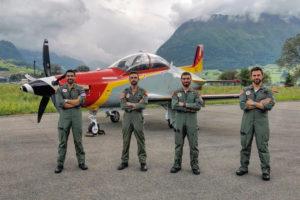 Los cuatro primeros pilotos del PC-21 del Ejército del Aire frente al segundo de los aviones en las instalaciones de Pilatus.