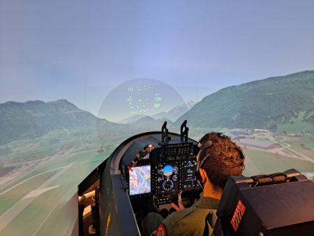 Uno de los pilotos españoles volando en el simulador del PC-21.