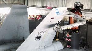 El nuevo brazo robot trabajando en una de las derivas verticales de un F-18 del Ala 46.El nuevo brazo robot trabajando en una de las derivas verticales de un F-18 del Ala 46.