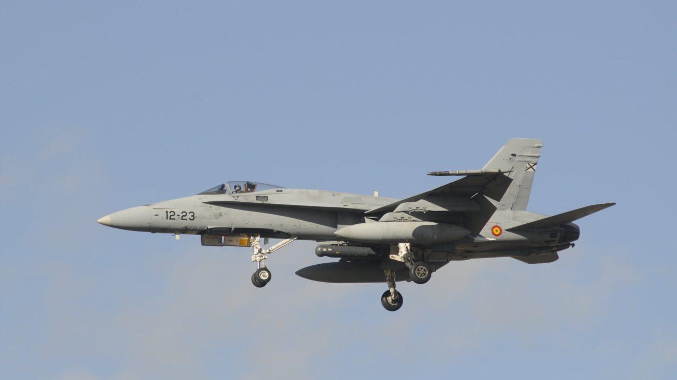 Regreso de una misión de entrenamiento con un pod de transmisión de datos en la punta del ala y un designador de blancos bajo el fuselaje.