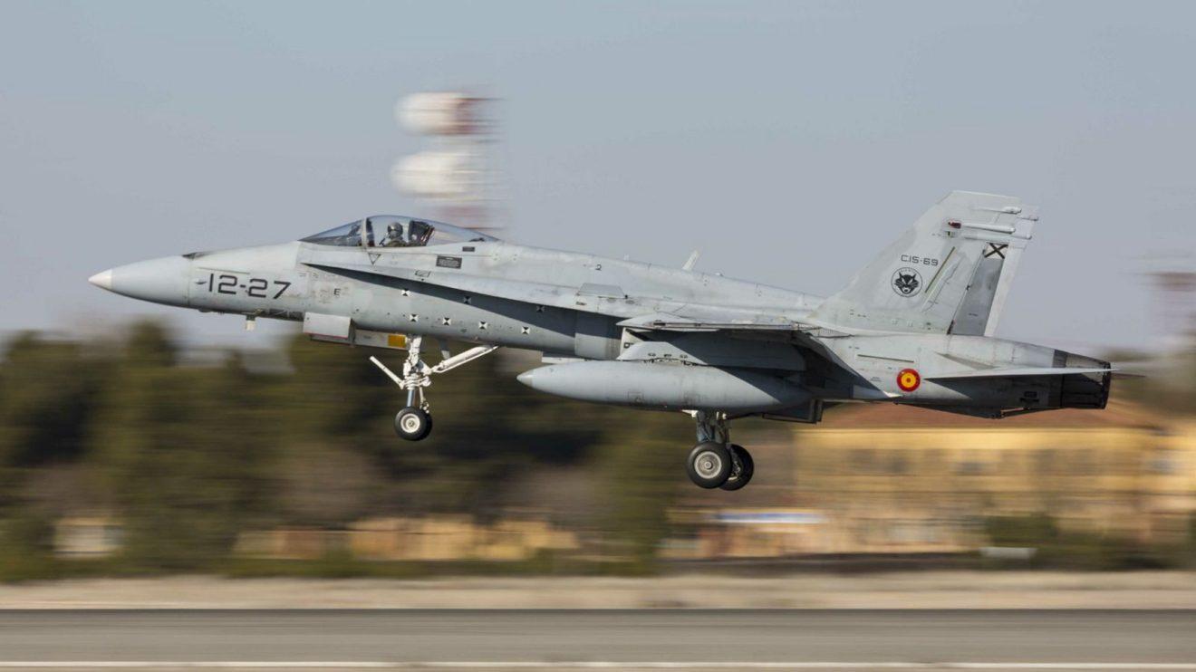 Dos F/A-18 están especialmente equipados para pruebas en vuelo de nuevos equipos. Se distinguen por las marcas de calibración en el fuselaje.