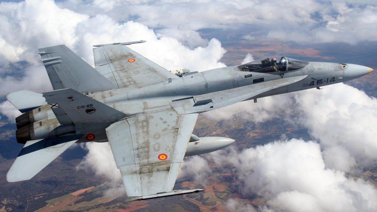 Las extensiones de las alas hacia delante a lo largo del fuselaje delantero ayudan a la maniobrabilidad del F/A-18.