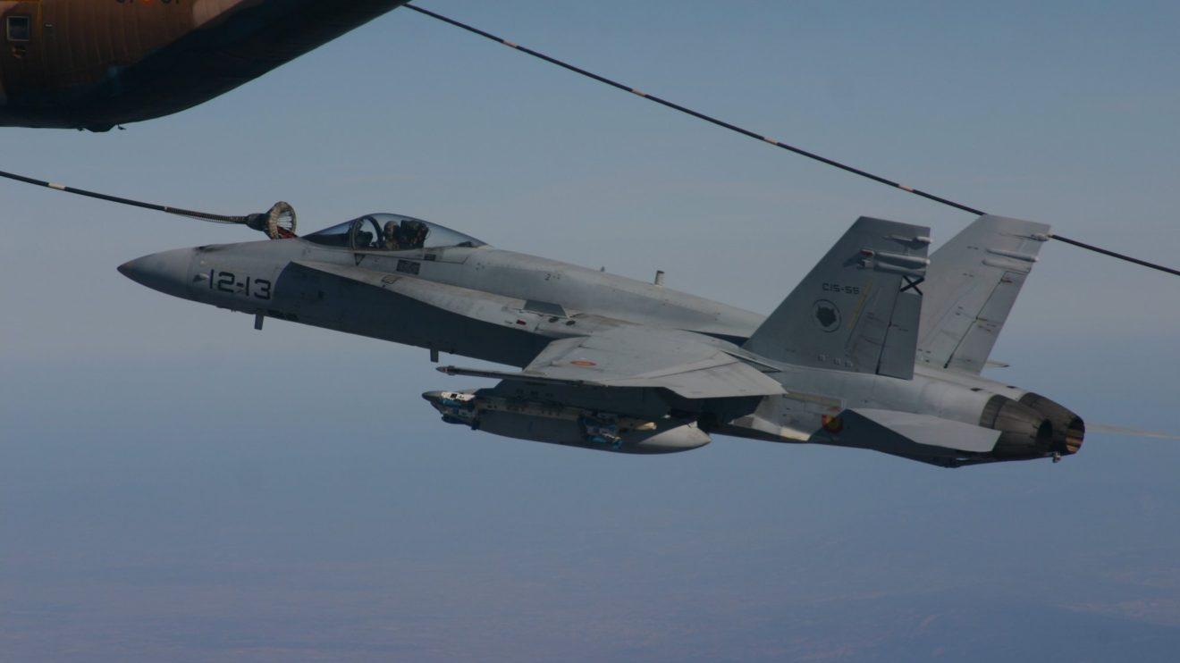 F/A-18 repostando de un KC-130H del Ala 31.