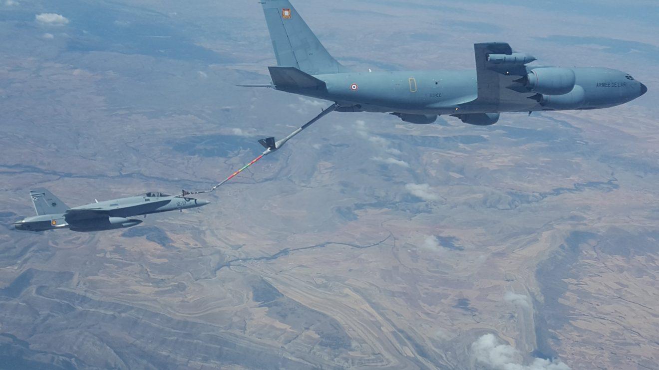 La colaboración con otras fuerzas aéreas es constante. En esta imagen un F/A-18 español reposta de un KC-135F francés.