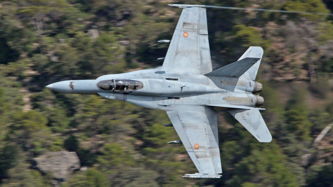 Vuelo a baja cota con el F/A-18 limpio de armamento depósitos externos de combustible.