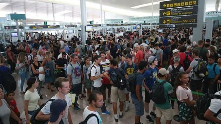 Caos en el aeropuerto de Barcelona por la huelga de vigilantes de Eulen