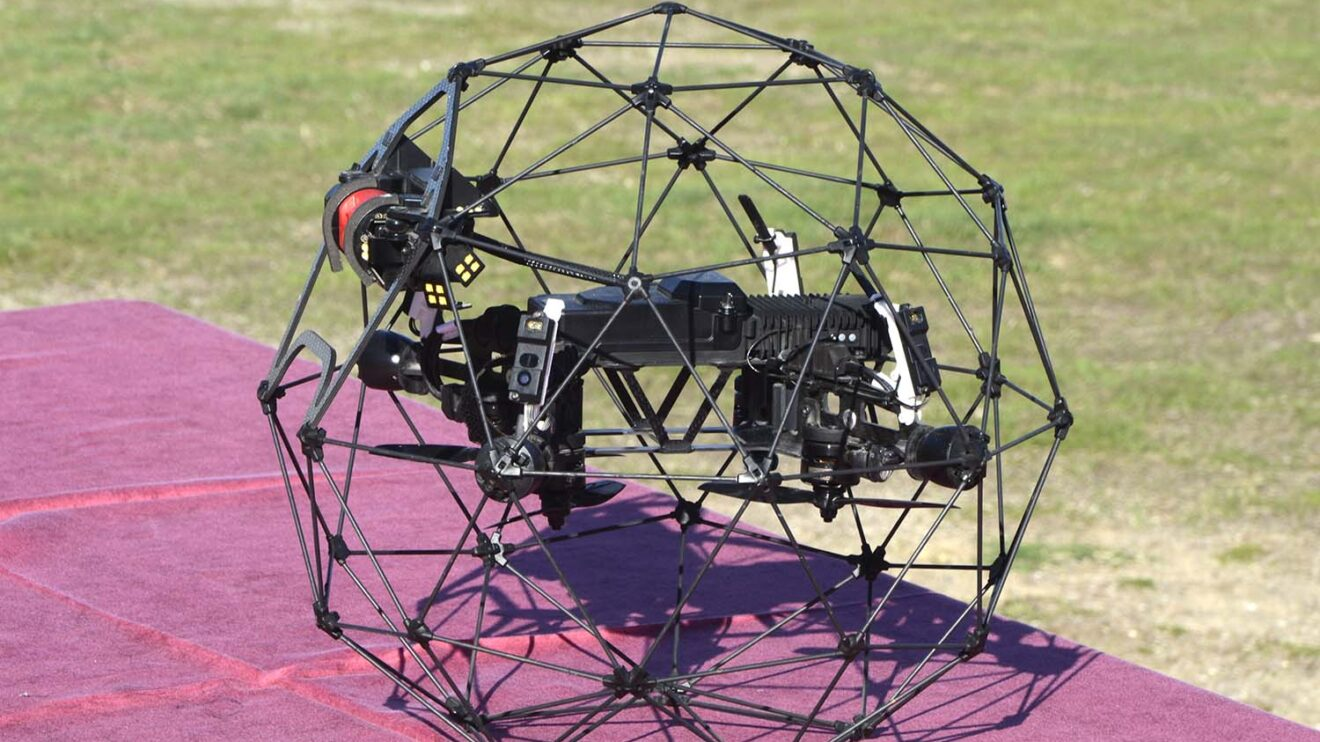 El Elios-2 con su esfera protectora de fibra de carbono para el vuelo en interiores.