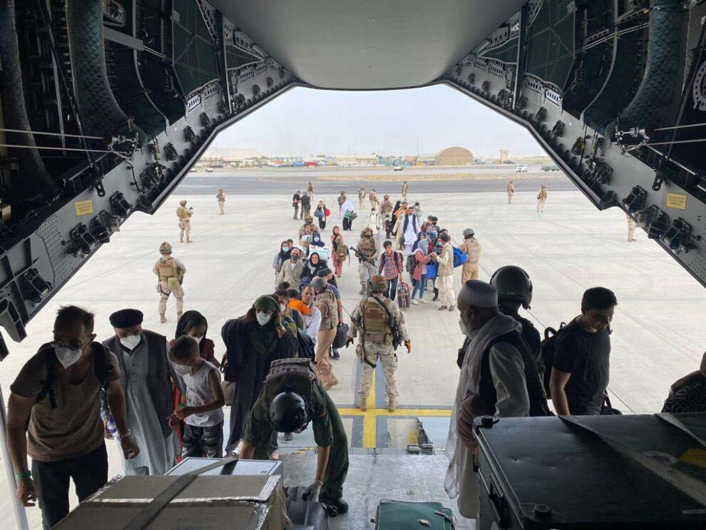 Embarque en el A40M del primer grupo de españoles y afganos en el aeropuerto de Kabul.