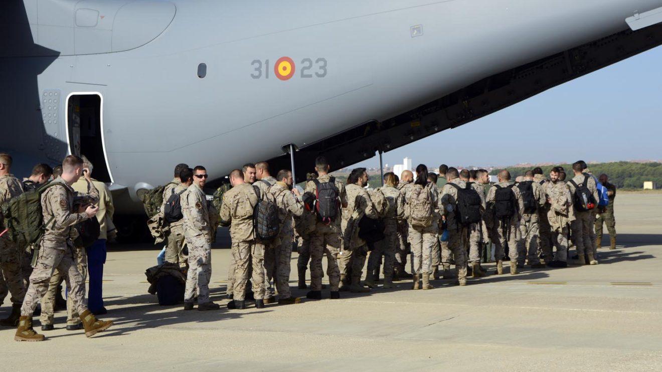 El personal de apoyo al despliegue de los F/A18 del Ala 12 embarcando en el A400M.