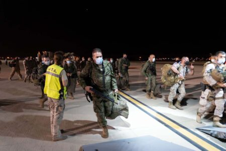 Personal del Batallón de Cooperación Cívico Militar y de la Escuadrilla de Apoyo al Despliegue Aéreo embarcando en Zaragoza para el vuelo a Dubai.