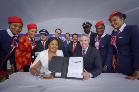 Firma del contrato entre Embraer y Air Peace en el salón de Dubai.