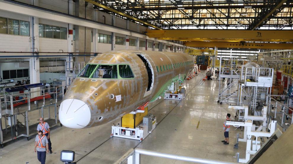 Trabajadores de EMbraer en la cadena de producción de la familia EJet-2.