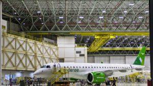 El primer Embraer E190 E2 de Wideroe a las puertas del hangar de montaje en Sao José dos Campo. Detrás se puede apreciar el segundo de los tres ejemplares para esta.