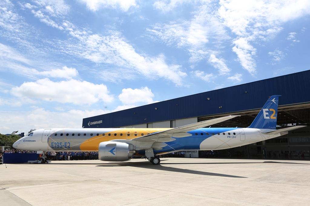 El prototipo del Embraer E195-E2 duurante su roll out.