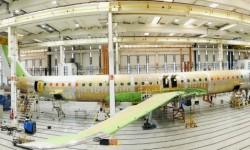 La célula de ensayos de fatiga del Embraer E2 en la bancada de pruebas.
