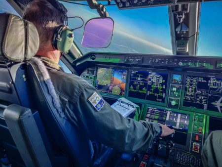 Cockpit del Embraer C-390.