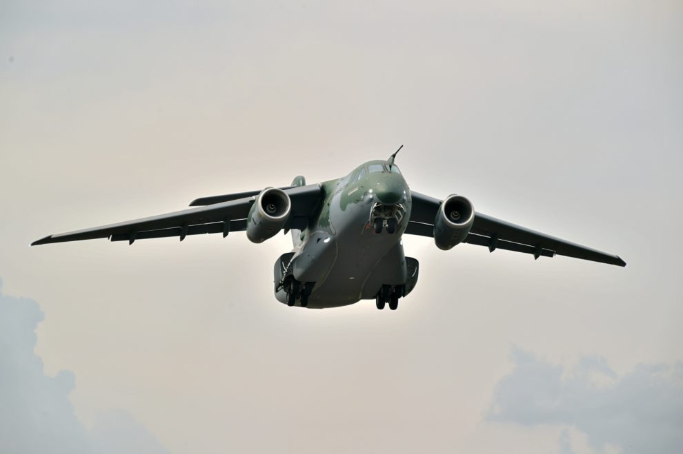Despegue del primer Embraer KC-390 de serie en su primer vuelo.